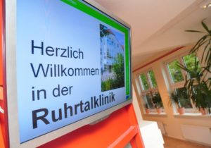 Monitor mit Begrüßung in der Ruhrtalklinik Wickede